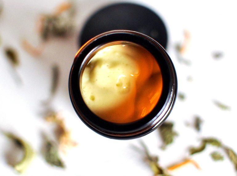 Hausmittel gegen Pickel: reinigende Mandelpasta