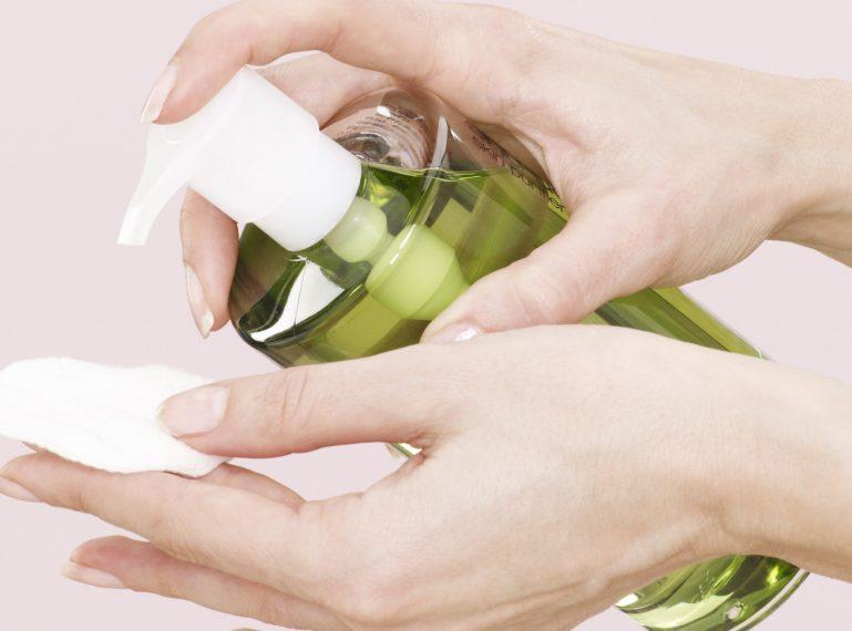 Wasserfeste Kosmetikprodukte entfernen – wie solltest du die Haut vor dem Schlafengehen richtig reinigen?