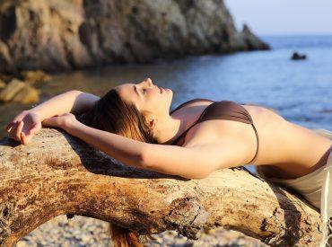 Hallöchen Frauen! Wir lieben den Sommer und können den Urlaub kaum erwarten. Stellt es euch vor: die Sonne scheint, der warme Sand massiert die Füße, das Meereswasser kühlt den Körper … klingt fantastisch, nicht wahr? Die oben beschriebene Situation ist sehr angenehm, aber nicht besonders gut für die Haut. Sonnenstrahlen verursachen Verbrennungen, Sand und Wasser […]