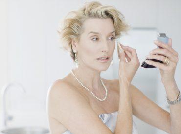 Hallo Mädchen! Das Make-up kann älter machen, es kann aber auch verjüngen. Wenn ihr ein paar Jahre jünger aussehen wollt, testet meine Tricks, die ich selbst seit langem anwende. Bereitet eure beliebten Kosmetikprodukte vor, setzt euch bequem vor den Spiegel und schminkt nach meinen Hinweisen!  FOUNDATION UND CONCEALER Ein paar Schichten der Foundation in […]