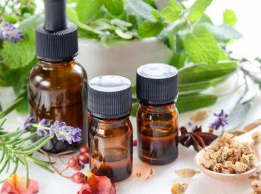 Hallo! Ätherische Öle sind schon seit langem in der natürlichen Medizin verwendet. Sie pflegen Haare, Nägel und Haut auf beste Art und Weise und sind ideal für verschiedene Eingriffe, die wir zu Hause machen können. Prüfe, wie sie wirken, welche Eigenschaften sie haben und wie sie verwendet werden sollten. Überzeuge dich selbst, ob ätherische Öle […]