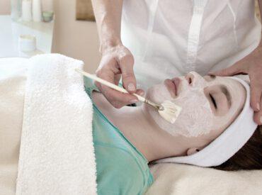 Hallo Mädchen! Das chemische Peeling ist einer der Eingriffe, den du zu Hause problemlos machen kannst. Die Kosmetikprodukte, die du in der Drogerie oder Apotheke kaufst, sichern dir denselben Effekt wie die Kur in einem Schönheitssalon. Gibt es Unterschiede? Komfort und Bequemlichkeit – den Eingriff machst du doch zu Hause in Ruhe. Säure für die […]