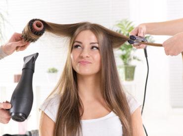 Hallo Mädchen! Ich besuche meinen Friseur einmal pro zwei Monaten. Ich lasse meistens meine Haare verkürzen und abstufen. Ich habe keine Ahnung, wie es möglich ist, dass bei jedem Besuch etwas Seltsames geschehen muss. Ein Streit des Kunden mit dem Friseur. Laufende Kinder, die etwas zerbrechen. Oder eine Person, die vergessen hat, ein Deo anzuwenden. […]