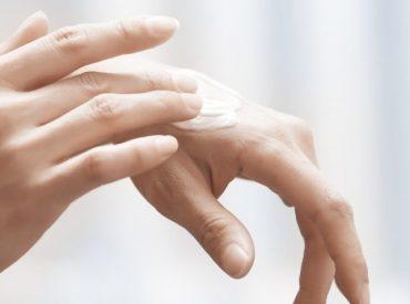 Hallo Frauen! Sind eure Hände durch die ständige Entgiftung trocken? Es ist höchste Zeit für eine intensive Regeneration. Niemand will Hände wie eine Rebfläche haben. Es ist notwendig, etwas dagegen zu tun. Ich hatte Probleme mit der extrem trockenen Haut, die auf den Knöcheln rissig wurde. Ich habe gedacht, dass eine Handcreme ungenügend ist. Es […]