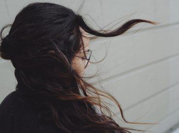 Hallo! Habt ihr einmal darüber nachgedacht, ob ihr die Haare schon beim Stylen pflegen könnt? Ihr wisst sicherlich, dass die hohe Temperatur zum Feuchtigkeitsverlust führen kann, deshalb werden die Haare in der Regel trocken, spröde, brüchig und splissig. Um solche Effekte zu vermeiden, könnt ihr einen Hitzeschutzspray verwenden. In diesem Beitrag zeige ich euch die […]